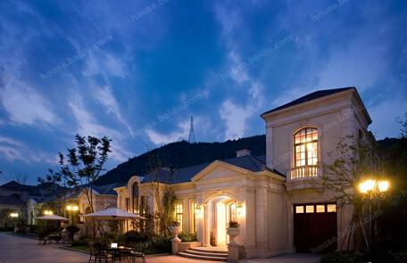 目前三期房源均在售,有独立院墅,法式合院,法式独栋别墅和小院别墅等图片